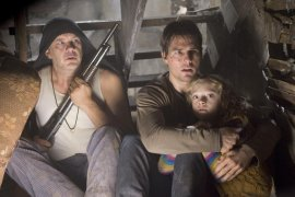 Tim Robbins, Tom Cruise, and Dakota Fanning in War of the Worlds