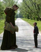 Matthew McGrory and Ewan McGregor in Big Fish