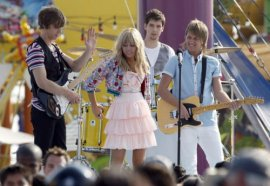 Miley Cyrus (center) in Hannah Montana: The Movie