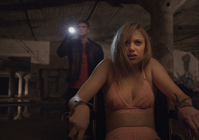 Jake Weary and Maika Monroe in It Follows