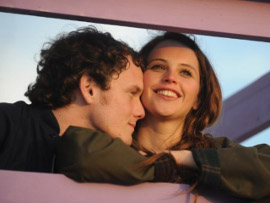 Anthon Yelchin and Felicity Jones in Like Crazy