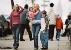 Hayden Panettiere, Abigail Breslin, Kate Hudson, and Spencer Breslin in Raising Helen