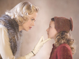 Nicole Kidman and Dakota Blue Richards in The Golden Compass